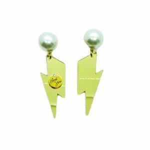 pendientes rayo de metacrilato con base de perlas y logo Marta Sanjosé